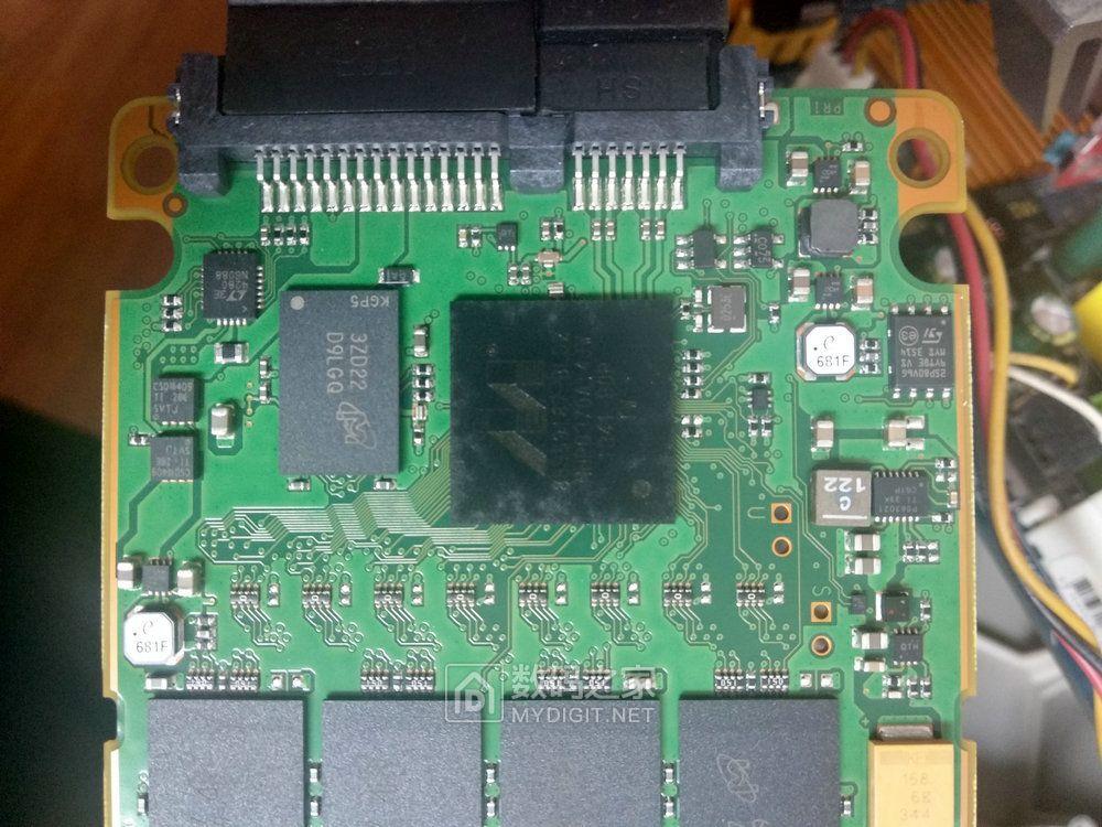 P400M采用了16个25nm MLC NAND闪存颗粒,正反各8个