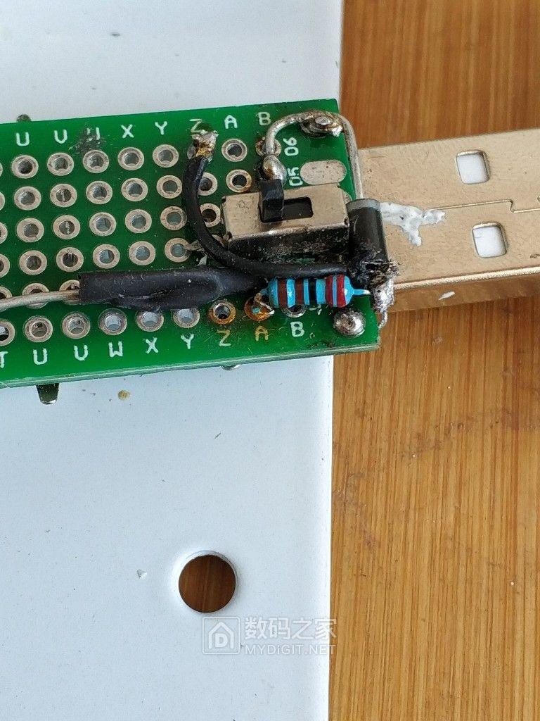 从这一面把二极管和电阻拆开之后,剪了个二极管脚,套了热缩管,加了根跳线 ...