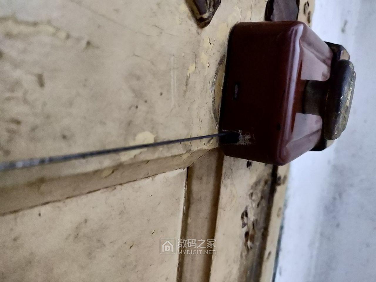 锁体外壳开个缺口用于穿铁丝