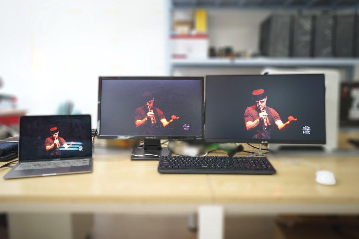 同时接两个显示器播放视频.JPG