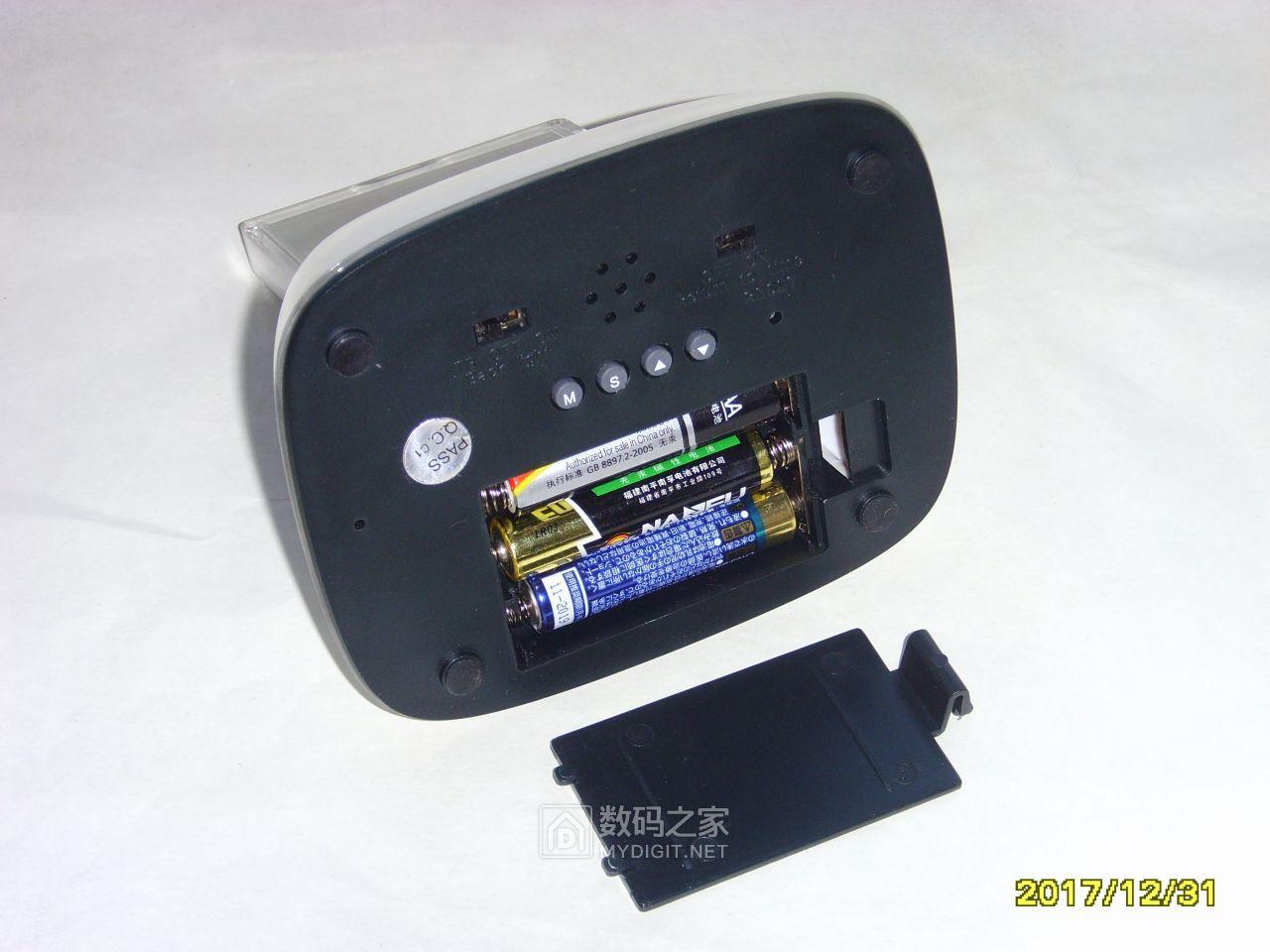 时钟底部。三节7号电池,3V端供时钟部分,4.5V端供LED背光和蜂鸣器。